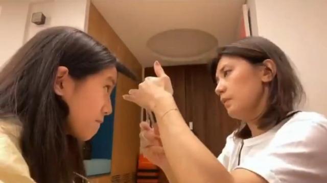梧桐妹晒视频,分享妈妈为自己剪头发日常,母女俩感情深厚