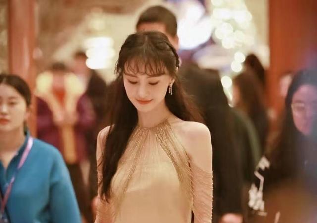 鄭爽被傳分手后首現身,金色長裙少女感,不受傳聞影響生圖更能打