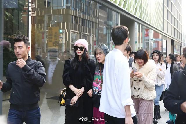 街头偶遇范冰冰,怼脸拍状态不输赵丽颖,一圈人围观拍照太拉风了