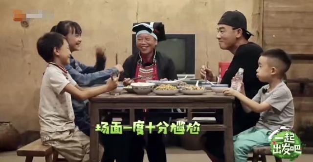 超尴尬!陈小春问一旁奶奶年龄,对方却比他还小,两人神情各异