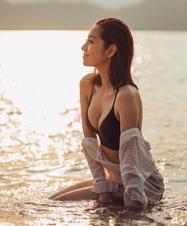 38岁TVB性感人妻新年大派福利 晒湿发低胸照好身材若隐如现