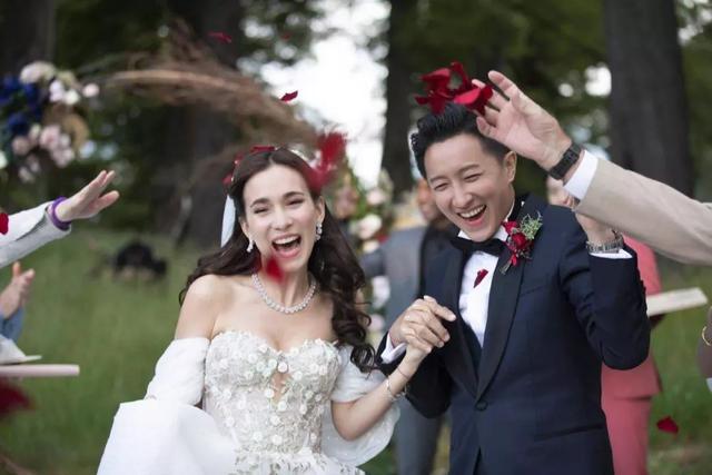 跨年甜蜜暴击,他们纷纷在今天公开结婚喜讯~恭喜