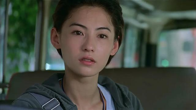 张柏芝真绝佳上镜脸,脸型和鼻子完爆黎姿,旁边袁咏仪都没她亮眼