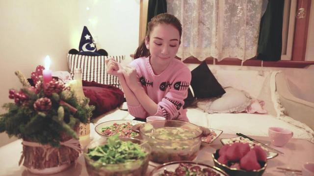 方媛与闺蜜聚会亲自下厨轻松搞定四菜一汤 自曝十岁就开始学做饭
