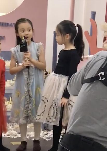 佟大为父女罕现身,13岁女儿长腿吸睛,二人捧场董璇高档亲子餐厅