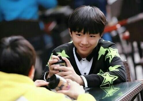 21岁王俊凯初长成,从青葱少年到男团顶流,男子汉斗门神开启2020