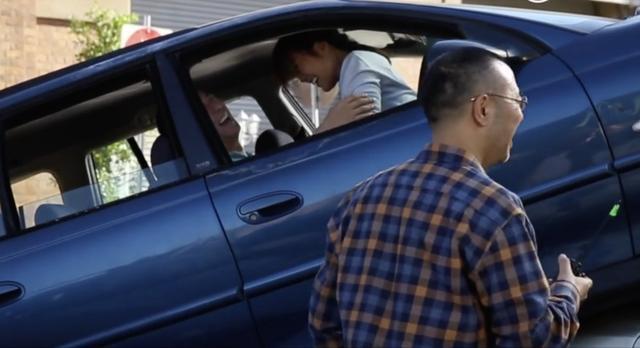 闫妮张嘉译车上拍爱情戏,闫妮头撞车顶,看回放从脸红到脖子根