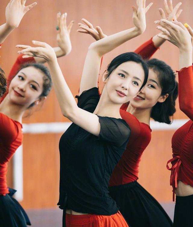 佟丽娅主持央视春晚,为何引发热议?