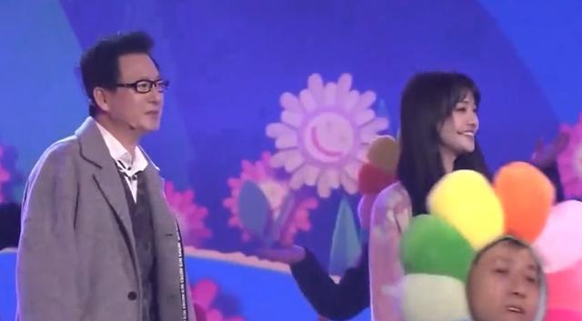 郑爽携父母登北京春晚,状态甜美分手无影响,演唱曲目透露心境?