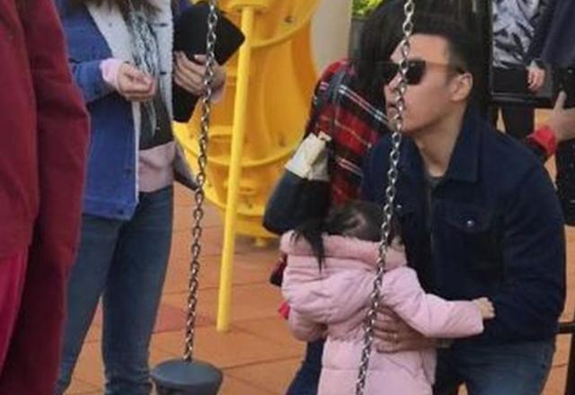 熊黛林一家四口低调出行,带孩子玩公园免费项目,太接地气