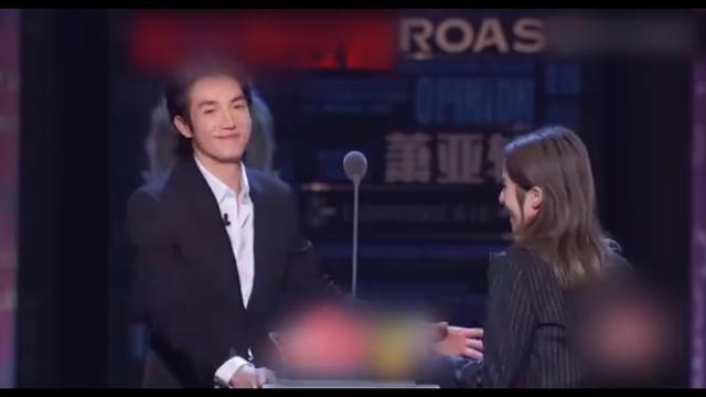 萧亚轩携小16岁男友黄皓上吐槽大会,男友现场表白:爱情战胜一切