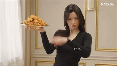38岁全智贤拍炸鸡广告,表情撩人少女感满满,仿佛看到了千颂伊