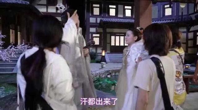 男演员抱不动迪丽热巴,用力过猛表情太尴尬!放下瞬间额头直冒汗