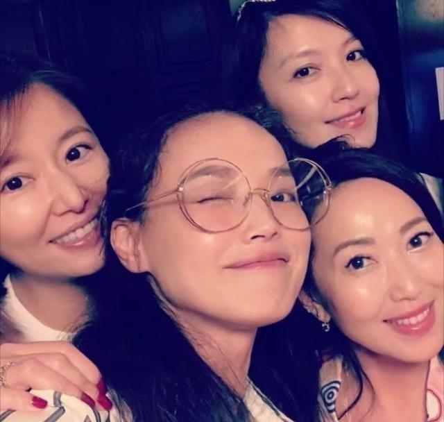 台湾四美合体!林心如舒淇素颜合影似少女,可两个人加起来快90岁