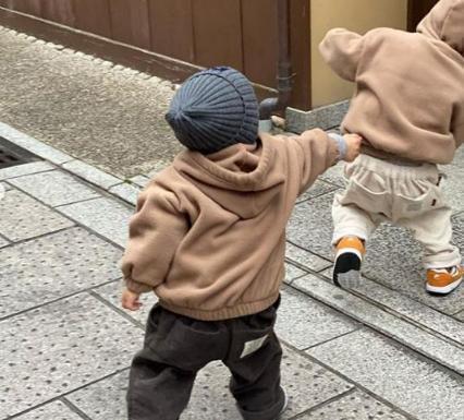 余文乐罕见晒儿子,1岁半打扮太潮娃!余文乐却婚后变样成大叔?