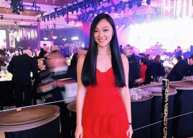李连杰大女儿晒舞会美照,身着黑裙尽秀好身材,与朋友大玩亲亲