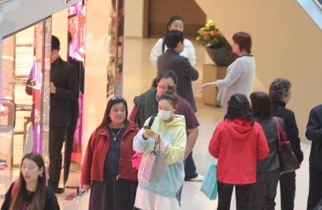 应采儿怀有身孕现身商场买包包 低头玩手机穿插人群十分惊险