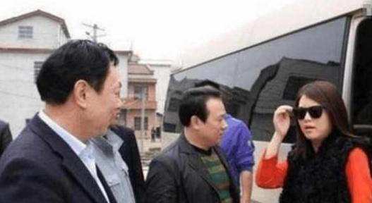 李湘跑车现身,身边没群众围观保安却喊让一让,真是很尴尬