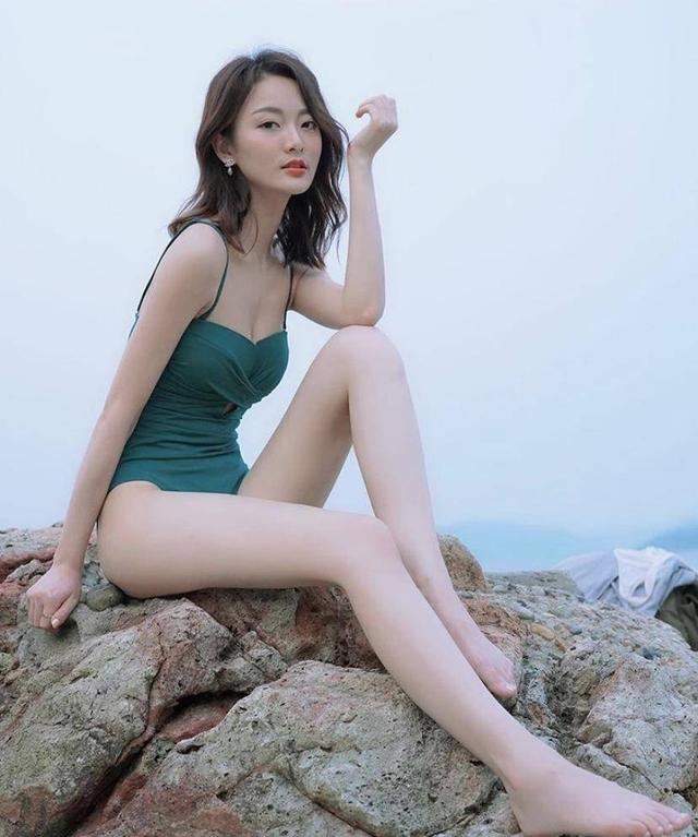 晒性感长腿自拍获网友激赞妆容精致 TVB小花回应素颜出镜全靠滤镜