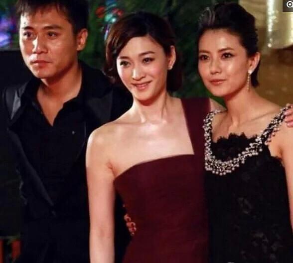 李小冉和袁泉早年合照,脸好小五官又精细,冰冰跟她一比都暗淡了