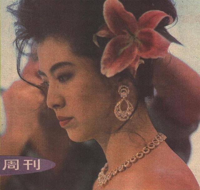 18岁王祖贤在汉城照片,眉眼清澈皮肤白得发光,人群中一眼看到她