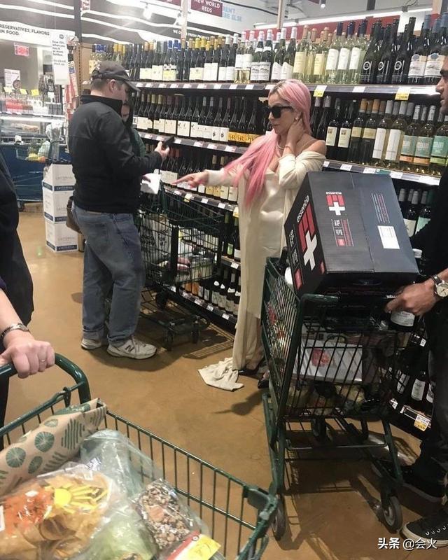 太夸張!33歲女星逛超市穿拖地長裙,男友在旁貼身相伴似走紅毯