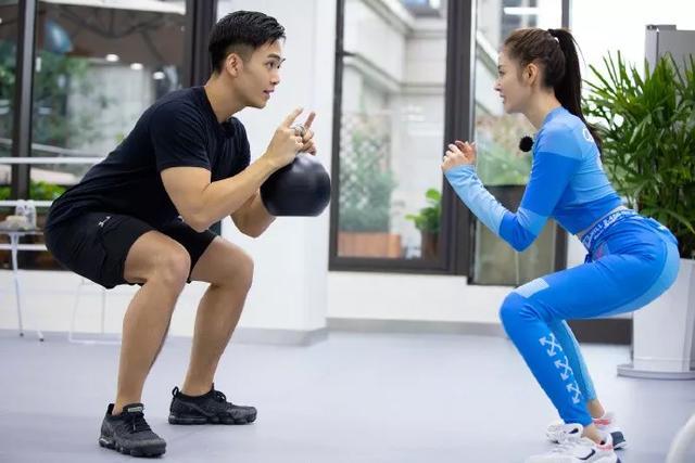 想和宋威龙谈恋爱?那先学习宋茜准备一件时髦的健身衣吧