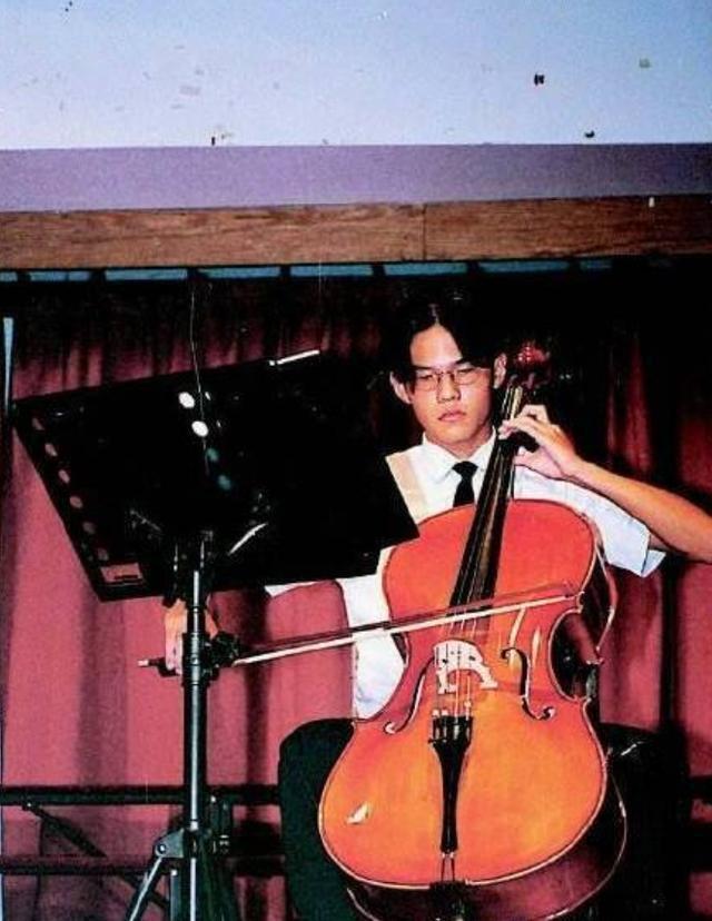 周杰伦旧照曝光,证件照不掩立体五官,拉大提琴成学校风云人物