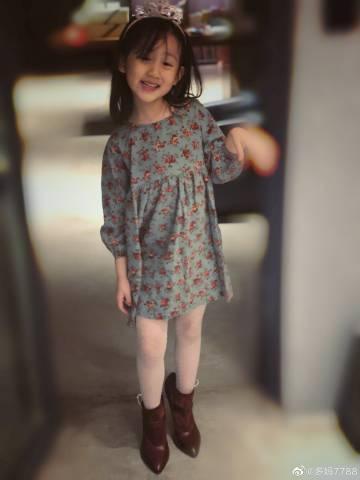 黄磊5岁女儿偷穿妈妈高跟鞋,姿势专业颇成熟,网友:基因太强了