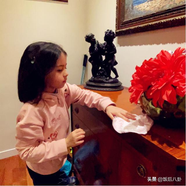 """梁咏琪女儿生日当天被""""?!鄙ㄎ郎?,意外暴露豪宅一角装修很雅致"""