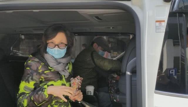 影帝刘青云夫妇现身菜市场,打扮低调接地气,发现被偷拍忙护妻