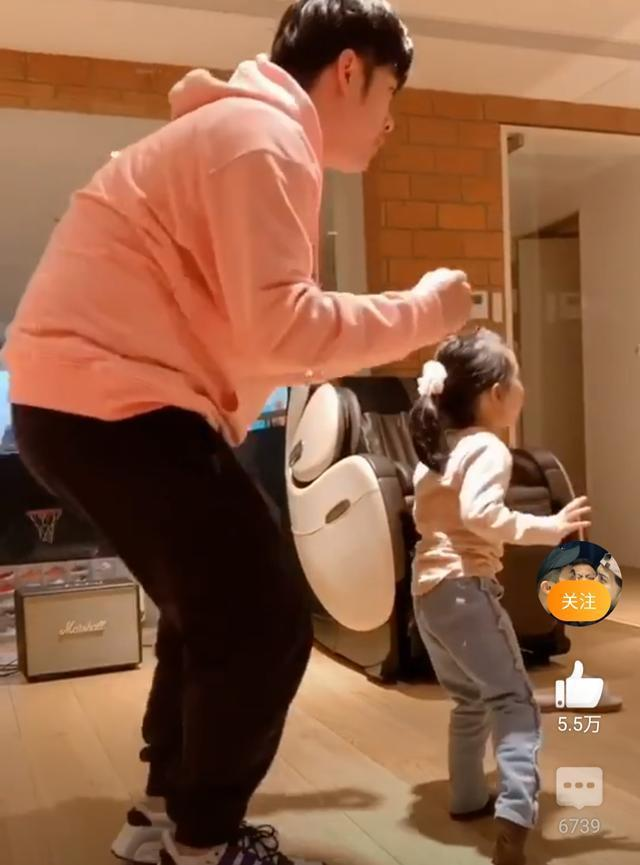 陈赫分享带娃日常,安安喂陈赫饼干求和好,扮老师教画画萌化网友