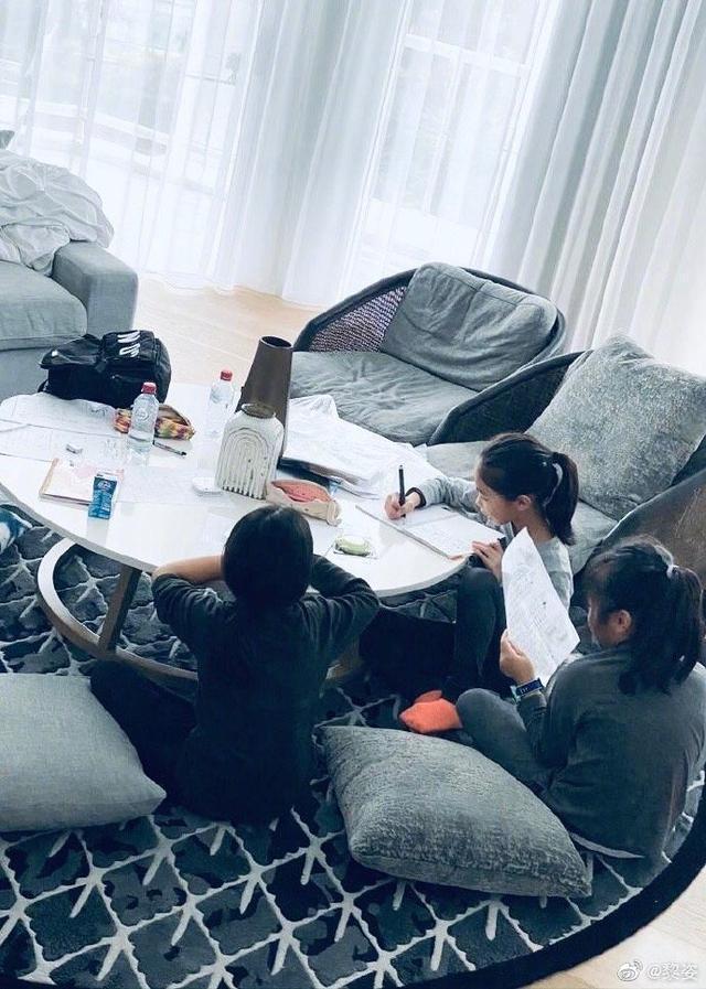 黎姿晒三个女儿近照,在家监督女儿们写作业,母女相处像姐妹