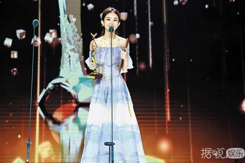 赵丽颖露背礼服出席颁奖典礼