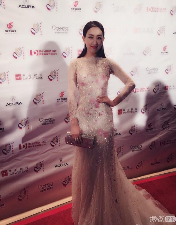中美电影节颁奖典礼 女星们穿得都好隆重...