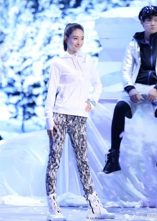 王丽坤直播素颜上阵 她真的是化妆小白吗
