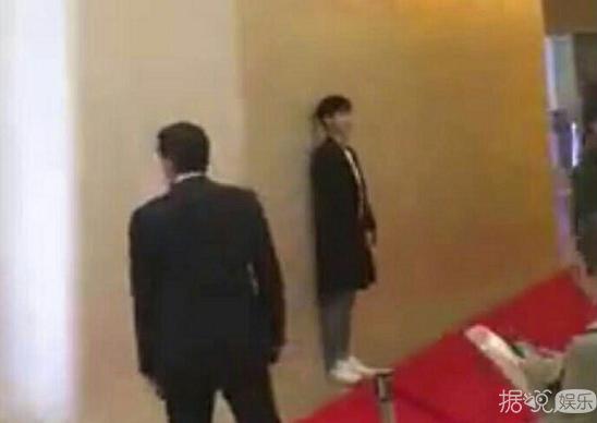 金秀贤参加电影试映会却突然躲到墙后面 善良又可爱的秀Man