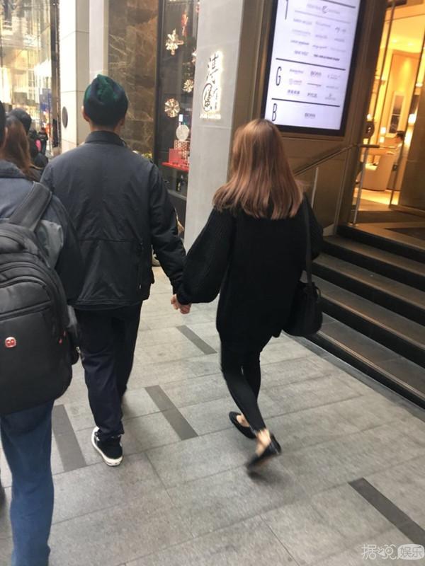 余文乐携娇妻逛街再惹怀孕猜想 王棠云穿着宽松凸肚明显