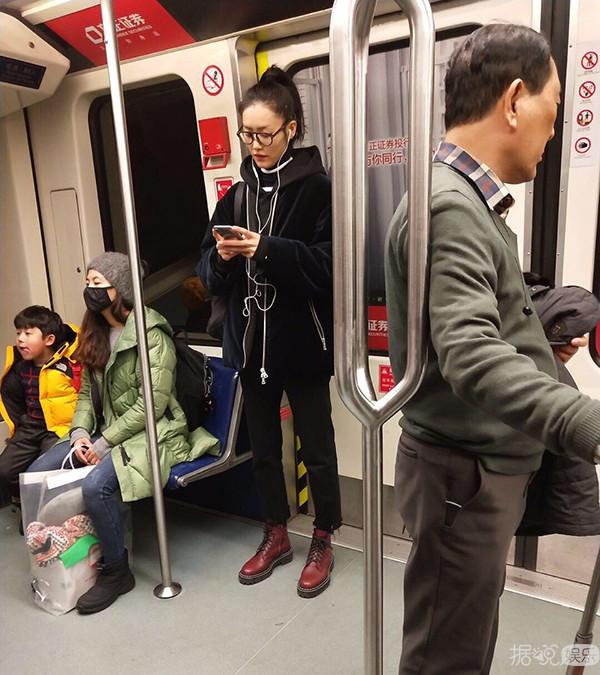 黄晓明坐地铁,杨洋路边蹲,论接地气,我只服最后一位