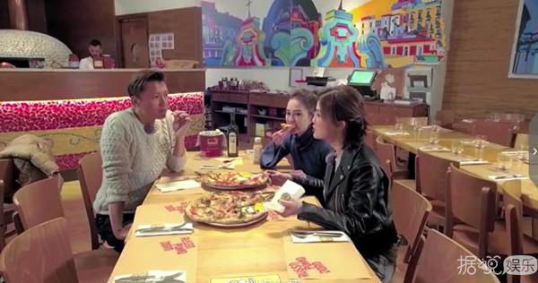 Twins吃披萨谈男朋友,谢霆锋被撩崩溃躲到桌底!