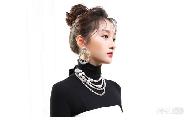 关晓彤红毯新造型被玩坏了,网友严重怀疑造型师是她的黑粉!