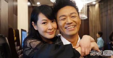 王宝强刘若英牵手,满脸笑容亲密相拥,最好的友情大概就是这样了