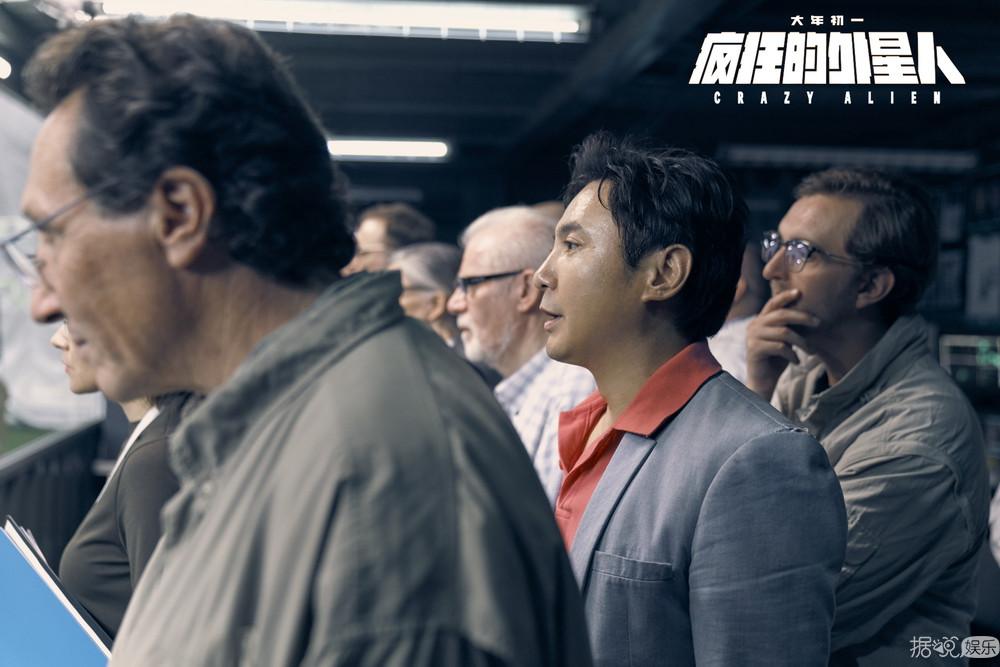 """《疯狂的外星人》发主题曲MV  黄渤沈腾梁龙玩转""""神曲"""""""