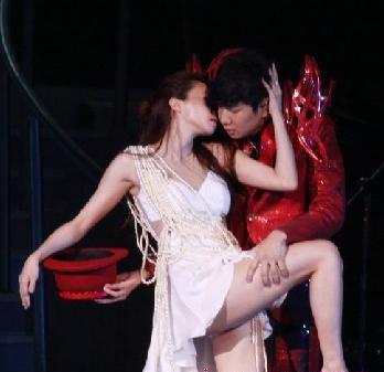 林俊杰与师妹搂腿吻胸 不是金莎是linda